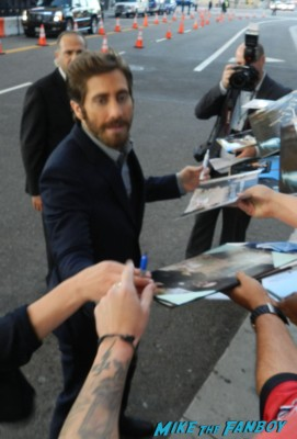 sexy hot Jake Gyllenhaal   signing autographs for fans at the end of watch movie premiere jake gylenhall signing autographs 021