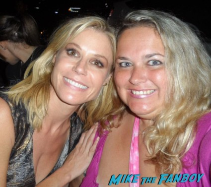 julie bowen   posing for a photo with pinky from mike the fanboy at an emmy party in beverly hills