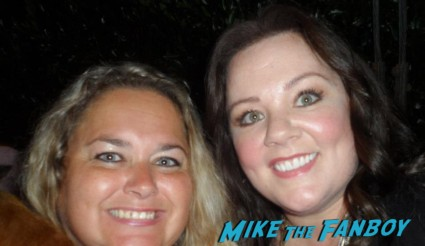melissa mccarthy posing for a photo with pinky from mike the fanboy at an emmy party in beverly hills