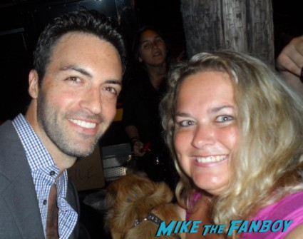 reid scott   posing for a photo with pinky from mike the fanboy at an emmy party in beverly hills
