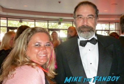Mandy Patinkin poses for a fan photo with pinky from mike the fanboy at the emmy awards 2012 rare promo hot the princess bride