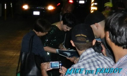 Sexy Big Love and Once Upon A time star Ginnifer goodwin signing autographs for fans