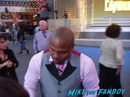 IronE Singleton signing autographs for fans at the walking dead season 3 premiere at universal citywalk andrew lincoln rare promo hot
