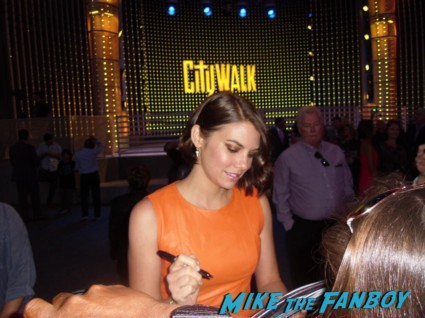 Lauren Cohan signing autographs for fans at the walking dead season 3 premiere at universal citywalk andrew lincoln rare promo hot