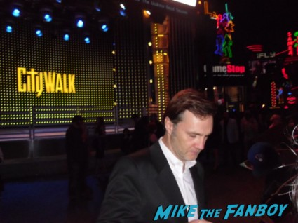 david morrissey signing autographs for fans at the walking dead season 3 premiere at universal citywalk andrew lincoln rare promo hot