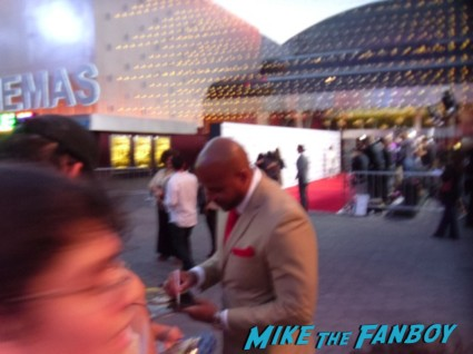 Vincent Ward  signing autographs for fans at the walking dead season 3 premiere at universal citywalk andrew lincoln rare promo hot