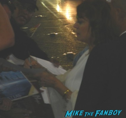 susan sarandon signing autographs  at the cloud atlas movie premiere cloud atlas movie premiere rare tom hanks halle berry jim broadbent dissing fans rare promo red carpet