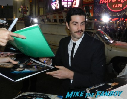 jim sturgess signing autographs at the cloud atlas movie premiere cloud atlas movie premiere rare tom hanks halle berry jim broadbent dissing fans rare promo red carpet