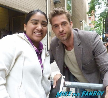 sexy scott speedman posing for a photo with elisa from mike the fanboy before good morning america signed autograph underworld star felicity