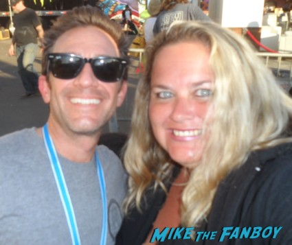 mike the fanboy writer pinky with married with children star david faustino posing for a fan photo