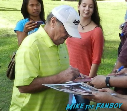 jack nicholson signing autographs at a charity golf tournament awesome jack nicholson signing autographs at the los angeles police family fun day 2012 program rare vin scully