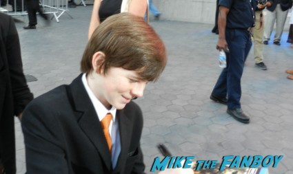 Chandler Riggs signing autographs at the walking dead season 2 premiere red carpet hot rare promo autograph the walking dead season 2 premeire 023