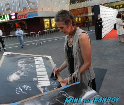 melissa mcbride signing autographs at the  walking dead season 2 premiere red carpet hot rare promo autograph the walking dead season 2 premeire 023