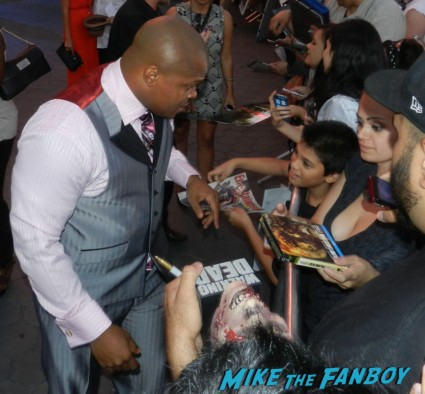 IronE Singleton signing autographs at the  walking dead season 2 premiere red carpet hot rare promo autograph the walking dead season 2 premeire 023