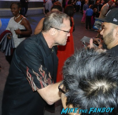 Michael Rooker signing autographs at the  walking dead season 2 premiere red carpet hot rare promo autograph the walking dead season 2 premeire 023