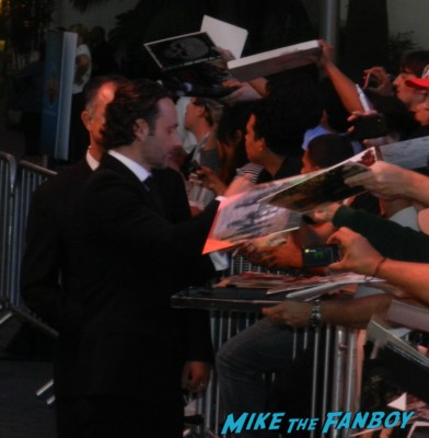 sexy andrew lincoln signing autographs at the  walking dead season 2 premiere red carpet hot rare promo autograph the walking dead season 2 premeire 023