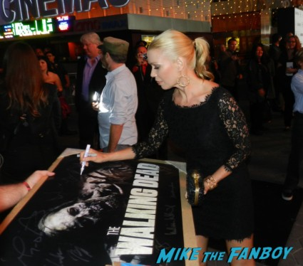 sexy laurie holden signing autographs at the  walking dead season 2 premiere red carpet hot rare promo autograph the walking dead season 2 premeire 023