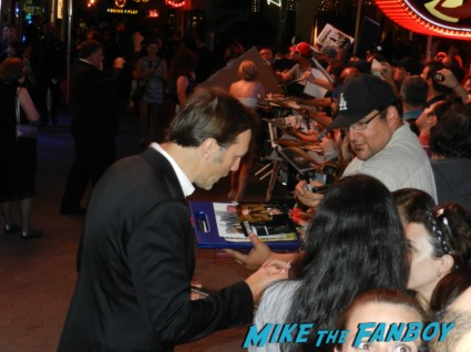 david morrissey signing autographs at the  walking dead season 2 premiere red carpet hot rare promo autograph the walking dead season 2 premeire 023