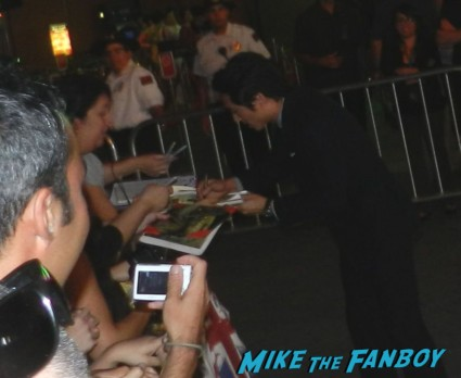 steven yuen signing autographs at the  walking dead season 2 premiere red carpet hot rare promo autograph the walking dead season 2 premeire 023
