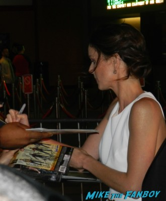 Sarah Wayne Callies signing autographs at the  walking dead season 2 premiere red carpet hot rare promo autograph the walking dead season 2 premeire 023