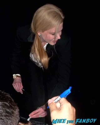 nicole kidman signing autographs for fans rare prom ohot sexy moulin rouge star the other rare signed autogaph magazine promo poster