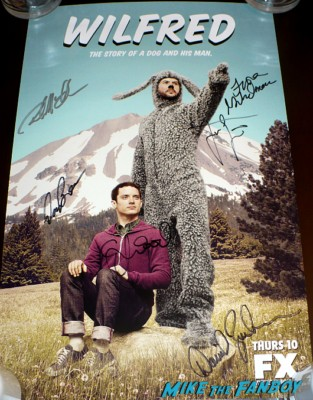 Wilfred cast signed autograph promo mini poster jason gann elijah wood elijah wood and the cast of wilfred signing autographs at comic con 2012 sdcc rare promo Jason gannEW3