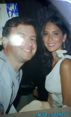 olivia munn posing for a fan photo with billy beer from mike the fanboy hot sexy magic mike star rare