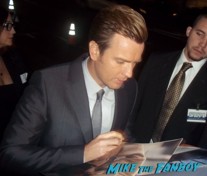 ewan mcgregor signing autographs for fans at the impossible movie premiere in los angeles rare hot sexy rare promo