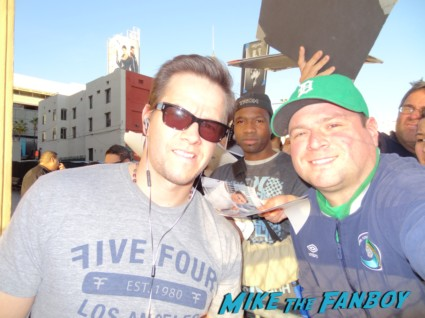 Mark wahlberg fan photo with mike the fanboy's billy beer MArk Wahlberg signed autograph signature photo photograph rare promo Marky Mark Wahlberg signing autographs for fans hot sexy actor model rare calvin klein promo broken city pain and gain movie poster