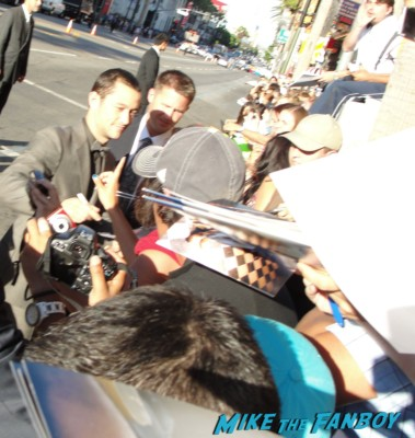 joseph gordon levitt signing autographs at the  inception movie poster  at te  inception movie premiere with tom hardy leonardo dicaprio ellen page joseph gordon levitt rare promo red carpet promo