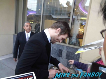 sexy liam mcintyre signing autogaphs at the Spartacus: War of the Damned television premiere starz cast rare red carpet liam mcintyre lucy lawless