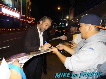 John Hannah signing autogaphs at the Spartacus: War of the Damned television premiere starz cast rare red carpet liam mcintyre lucy lawless