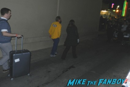 gwen stefani's clothes leaving their outside concert  no doubt signing autographs at jimmy kimmel live 003