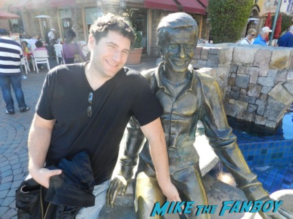 mike the fanboy posing with the statue of sonny bono at the palm springs film festival 2013 signing autographs diane lane 012