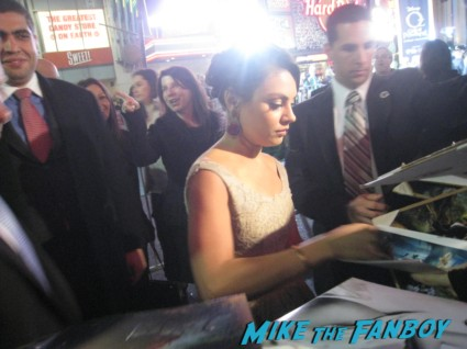 sexy mila munis signing autographs for fans Oz the great and powerful movie premiere red carpet with james franco mila kunis michelle williams