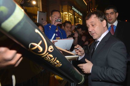 "sam raimi signing autographs at the Premiere Of ""Oz The Great And Powerful"" james franco zach braff mila kunis michelle williams red carpet promo hot sexy star"