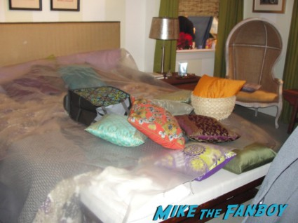 jules cobb bedroom courteney cox's window from Cougar Town cougar town set visit Mike The Fanboy jules cobb courteney cox living room rare promo hot original set photo rare