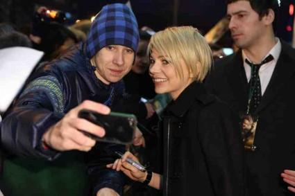michelle williams signing autographs for fans michelle williams mila kunis and Sam Raimi oz the great and powerful movie premiere red carpet moscow russia photo