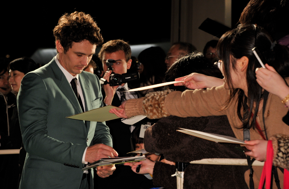 james franco signing autographs at Oz the great and powerful tokyo movie premiere with james franco sam raimi rachel weisz signing autographs rare promo