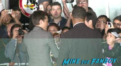 jason bateman signing autographs at the identity thief world movie premiere red carpet jason bateman melissa mccarthy (3)
