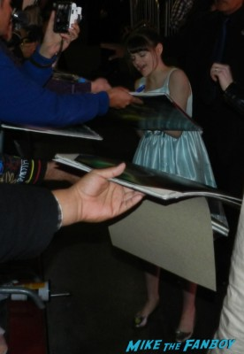 Joey King signing autographs at the OZ The Great And Powerful Movie Premiere red carpet hot air balloon rare james franco rare promo el capitan theater los angeles oz great and powerful movie premiere 002