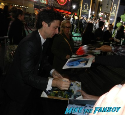 Zach Braff signing autographs at the OZ The Great And Powerful Movie Premiere red carpet hot air balloon rare james franco rare promo el capitan theater los angeles oz great and powerful movie premiere 002