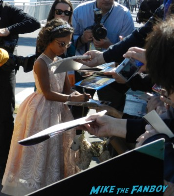 Quvenzhané Wallis signing autographs at the The Independent Spirit Awards 2013! Drama! Insanity! With Jennifer Lawrence! Daniel Radcliffe! Matthew McConaughey! Ellen Page! Jason Bateman! Salma Hayek! Kerry Washington! Bradley Cooper! Chris Tucker! Sam Rockwell! Zoe Saldana! Paul Rudd! And So Much More! Autographs! Photos! And More!
