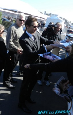 jeremy renner signing autographs at the The Independent Spirit Awards 2013! Drama! Insanity! With Jennifer Lawrence! Daniel Radcliffe! Matthew McConaughey! Ellen Page! Jason Bateman! Salma Hayek! Kerry Washington! Bradley Cooper! Chris Tucker! Sam Rockwell! Zoe Saldana! Paul Rudd! And So Much More! Autographs! Photos! And More!