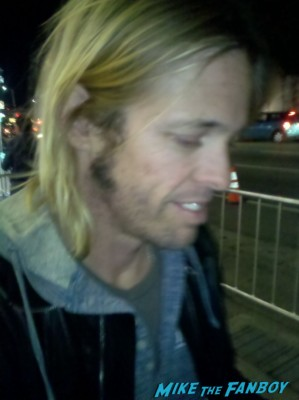 Taylor Hawkins signing autographs for fans at the sound city movie premiere red carpet foo fighters signing autographs (5)
