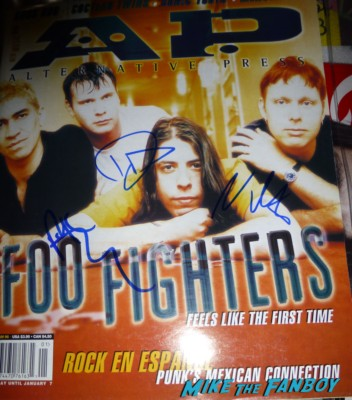 foo fighters dave grohl taylor hawkins Krist Novoselic  signed autograph rare pormo sound city movie premiere red carpet foo fighters signing autographs (7)