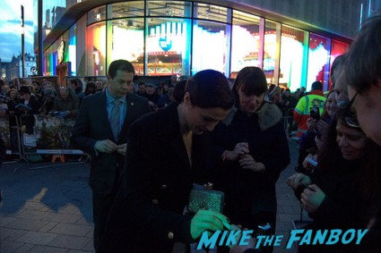 rachel weisz signing autographs for fans at the oz the great and powerful london movie premiere