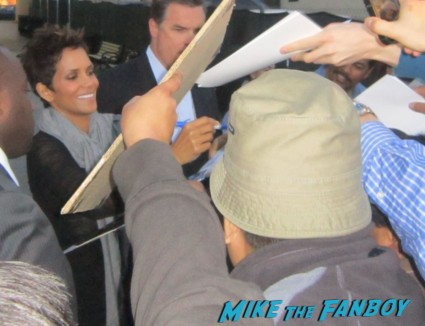 Halle berry signing autographs for fans rare hot sexy x men actress storm rare promo die another day