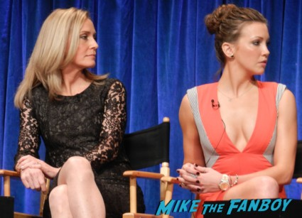 Katie Cassidy Susanna Thompson  sexy stephen amell hot rare arrow paleyfest q and a rare signing autographs for fans rare arrow paleyfest stephen amell signing autographs shirtless poste 036