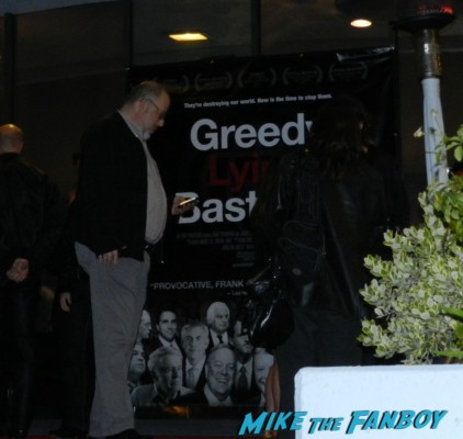 greedy lying bastards movie premiere in hollywood daryl hannah signing autographs for fans 002